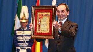 El director, Manuel Domínguez, recibe la medalla del CEIP Tartessos  Foto: Alberto Dominguez