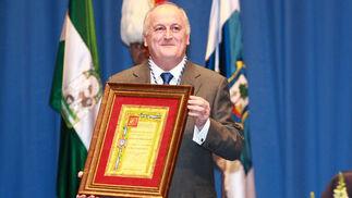 El delegado de la asociación, Manuel Rodríguez, con la medalla de Madre Coraje.  Foto: Alberto Dominguez