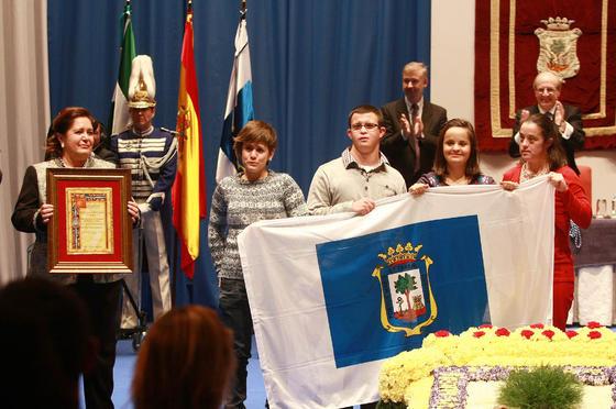 La presidenta del club, Beatriz Ferrera, y los deportistas Marina Rodríguez, María Leandro, Enrique Mellado y Marina Méndez, con la medalla de CODA.   Foto: Alberto Dominguez
