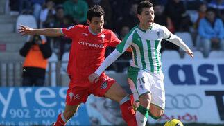 Borja recibe una zancadilla por detrás de un jugador vigués. / José Martínez