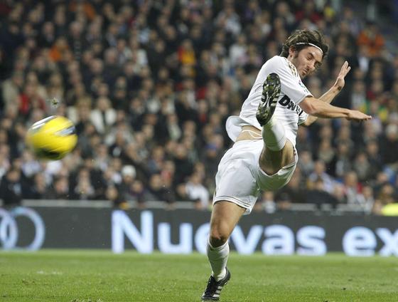 Esteban Granero, titular, lanza una pelota. / Reuters