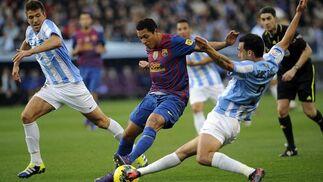 Gámez realiza una entrada sobre Adriano. / AFP
