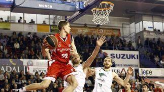 Garbajosa y Zoric obstaculizan a un rival.  Foto: LOF · Sergio Camacho