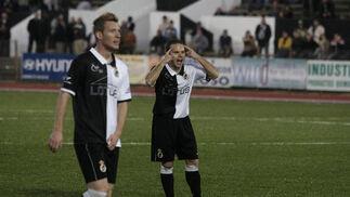 Los albinegros pierden un encuentro muy igualado en la primera mitad. Javi Moyano marca de penalti para el Melilla el único tanto del partido./Fotos:Erasmo Fenoy  Foto: Erasmo Fenoy