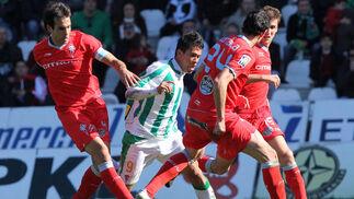 Patiño intenta salir de la presión de tres oponentes. / José Martínez