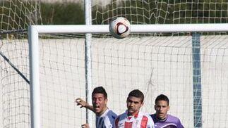 Tras cuatro jornadas sin ganar, los albirrojos superan al Recre B gracias a los goles de Francis y Javi Chico./Fotos:Sambell  Foto: Sambell