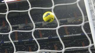 El balón entra en la portería de Iraizoz en el primer gol del Madrid, de Marcelo. / Reuters