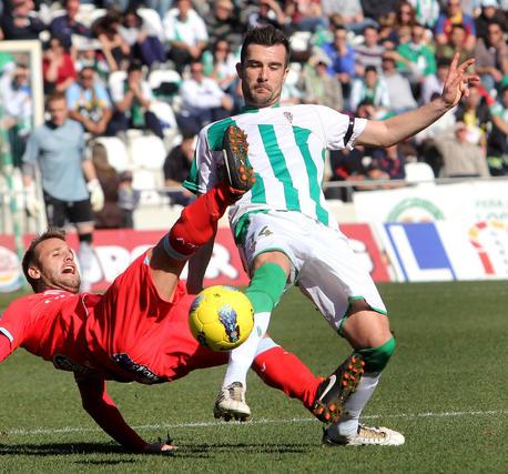 Un rival cae ante Lçopez Garai. / José Martínez