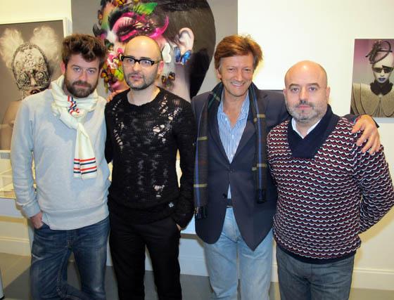 Fer García (Antonio García) el fotógrafo de moda Paco Peregrín, ante algunas de sus obras; el escritor José María Fuertes, y el diseñador Antonio García.  Foto: Victoria Ramírez