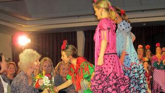 La duquesa recibió de un ramo de flores por su participación como madrina del acto.  Foto: Victoria Ramírez