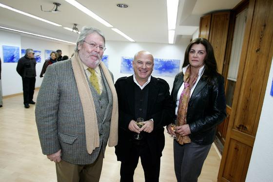 Bernardo Palomo junto a Antonio Arcas, profesor de la UCA, y la exconcejala de Cultura, Dolores Barroso.  Foto: PASCUAL