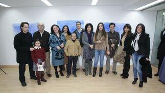 La artista de Puerto Real posa con algunos familiares y autores que acudieron a la cita.  Foto: PASCUAL