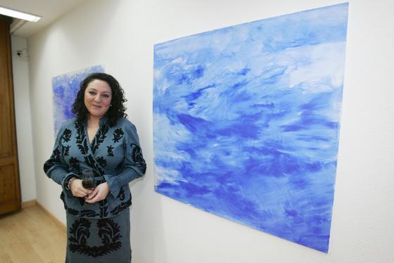 Verónica Sanz posa junto a algunas de sus obras en el espacio cultural 'ArteaDiario', tras la inauguración de la muestra  Foto: PASCUAL