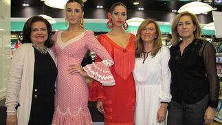 La diseñadora de moda flamenca Pilar Vera, junto a la modelo Marina Serrano, con uno de sus diseños; Ángela Cristina Cañas, con un traje de Nuevo Montecarlo, y las diseñadoras de esta firma, Loli y Ángela Castallo.  Foto: Victoria Ramírez