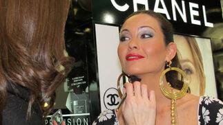 Una maquilladora de Aromas da los últimos toques a la modelo Mercedes Muñoz.  Foto: Victoria Ramírez