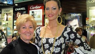 La diseñadora Luchi Cabrera, con la modelo Mercedes Muñoz, de Doble Erre, que luce uno de los trajes de flamenca de la diseñadora.  Foto: Victoria Ramírez