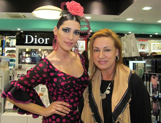 La modelo Isabel Jiménez, con la diseñadora de moda flamenca Ángeles Verano, creadora del traje que luce la modelo maquillada por Aromas.  Foto: Victoria Ramírez