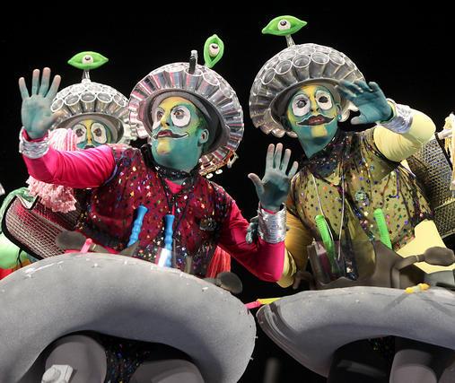 Chirigota Los traviesos; que vienen con caja, bombo y platillo. La que van a liar, chiquillo  Foto: Jesus Marin