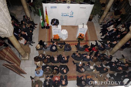 Aspecto del patio del Casino gaditano ayer noche durante la conferencia del presidente del TSJA, Lorenzo del Río.  Foto: Joaquín Hernández Kiki
