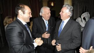 Juan José Ortiz, teniente de alcalde de Bicentenario, con Jesús Mancha y Francisco Menacho, consejero de Gobernación y Justicia de la Junta de Andalucía.  Foto: Joaquín Hernández Kiki