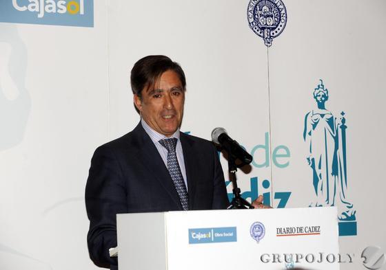 Manuel Estrella presentando a Lorenzo del Río, anoche en el Casino.  Foto: Joaquín Hernández Kiki
