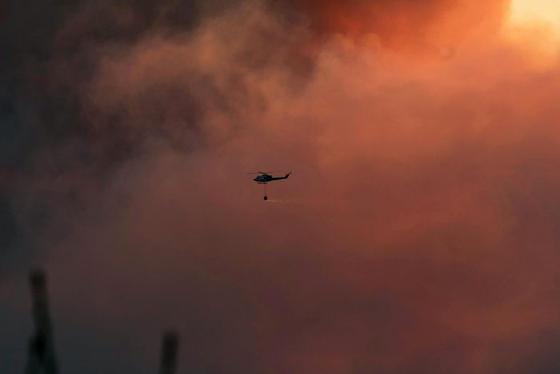 Hidroaviones trabajan en la extinción del incendio  Foto: Javier Flores