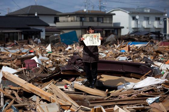Chieko Masukawa muestra el certificado de graduación de su hija, que ha encontrado entre los escombros tras el tsunami que arrasó la ciudad de Higashimatsushima, en la prefectura de Miyagi. Es una imagen tomada de Yasuyoshi Chiba, de la agencia AFP. / Chieko Masukawa