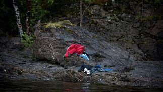 Imagen de Niclas Hammerstroem, segundo premio en la categoría de 'Foco Informativo', en la que se retrata el intento de varias personas de huir de las balas en la trustemente célebre isla de Utøya. / Niclas Hammerstroem