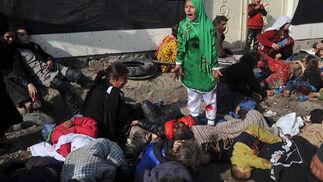 Una niña afgana llora rodeada de heridos y cadáveres tras la explosión de una bomba durante la celebración de una cereminia religiosa en Kabul. Es una imagen de Massoud Hossaini. / Massoud Hossaini
