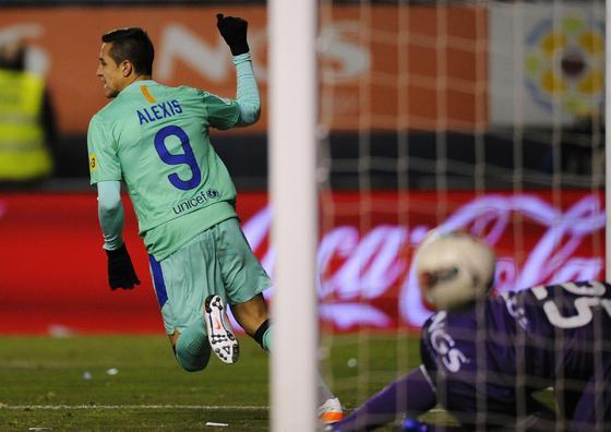 Alexis recorta distancias para el Barcelona. / Reuters