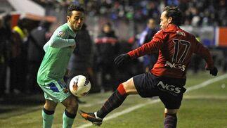 Thiago se deshace de Nino con facilidad. / Reuters