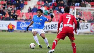 Silva lanza un pase ante Coro. / LOF