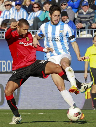 Isco y Tissone luchan un balón   Foto: Jorge Zapata. EFE