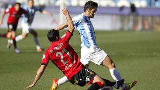 Isco pelea un balón con Crespi  Foto: Sergio Camacho