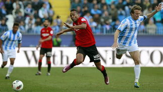 El delantero del Mallorca Emilio Nsue pelea un balón con Monreal  Foto: Jorge Zapata. EFE