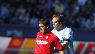 El defensa Mathijsen defiende un balón  Foto: Sergio Camacho