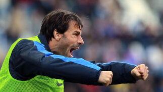 Ruud Van Nistelrooy celebra el segundo gol del Málaga desde el banquillo  Foto: Jorge Zapata. EFE
