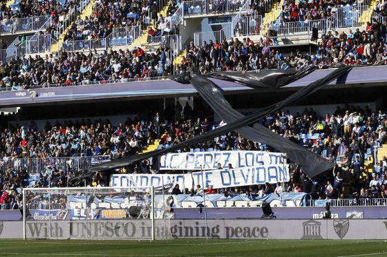 La afición de La Rosaleda recuerda al recién fallecido José Carlos Pérez  Foto: Sergio Camacho