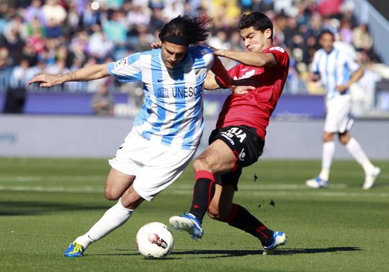 Sergio Sánchez pelea el balón  Foto: Jorge Zapata. EFE