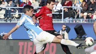 Toulalan pugna un balón con el delantero del Mallorca Álvaro Giménez  Foto: Jorge Zapata. EFE