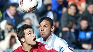 Weligton pugna el balón con el delantero del Mallorca Álvaro Giménez