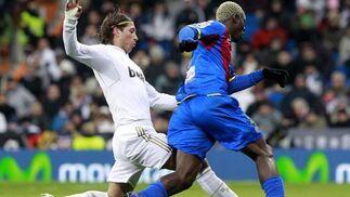 Kone intenta marcharse de Ramos. / AFP