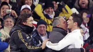 Ronaldo se abraza con Mourinho tras marcar su tercer gol (4-2). / AFP