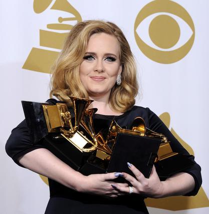 La cantante británica Adele posa en la sala de prensa tras convertirse en la gran triunfadora de la 54 edición de Grammy. / EFE