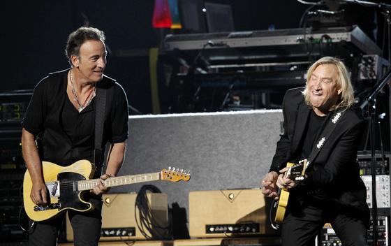 Bruce Springsteen y Joe Walsh, durante la actuación de Paul McCartney. / Reuters