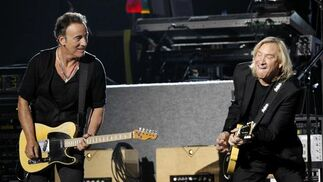 Bruce Springsteen y Joe Walsh, durante la actuación de Paul McCartney. / Reuters