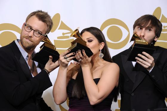 Los músicos estadounidenses Charles Kelley (d), Hillary Scott (c) y Dave Haywood (i), de la banda Lady Antebellum, posan con su galardón al mejor album de música Country por 'Own the Night'. / EFE