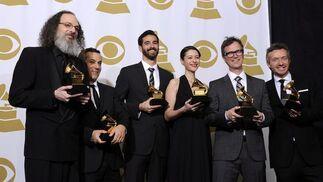 Los productores Andrew Scheps, Greg Fidelman, Philip Allen, Beatriz Artola, Dan Wilson y Fraser T. Smith, posan con sus galardones al mejor álbum del año por el disco '21' de Adele. / EFE