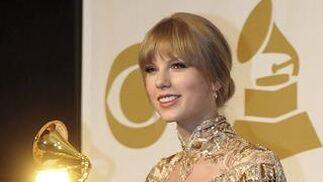 La cantante estadounidense Taylor Swift posa con dos galardones por su tema 'Mean', premiado como mejor canción country y mejor actuación country en solitario. / EFE