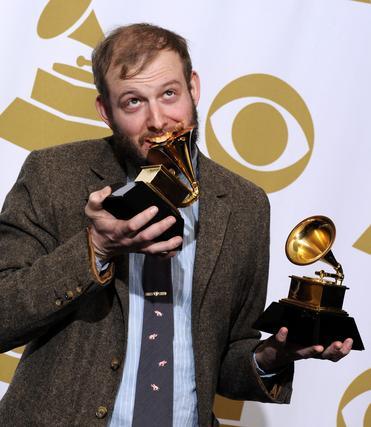 El cantante estadounidense Justin Vernon, de Bon Iver, posa con sus galardones por Mejor Album Alternativo y Mejor Artista nuevo. / EFE